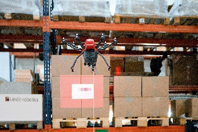 linde drone flybox mentre scansiona i prodotti